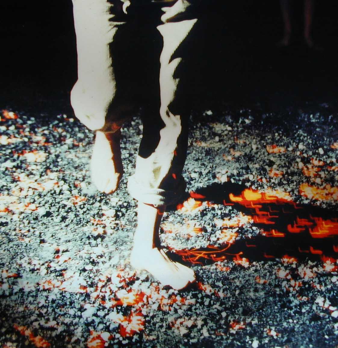 Foto zeigt die Füße eines Feuerläufers beim Lauf über die Glut.
